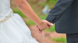 Las mejores frases de felicitaciones a una amiga que se casa