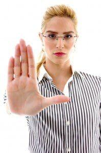 Consejos para ser enfática con una persona insistente, saber decir a alguien que no me interesa, recomendaciones para ser enfática con una persona insistente, ser indiferente con una persona que no me interesa, cómo deshacerse de una persona insistente, hacer entender a alguien que no me interesa